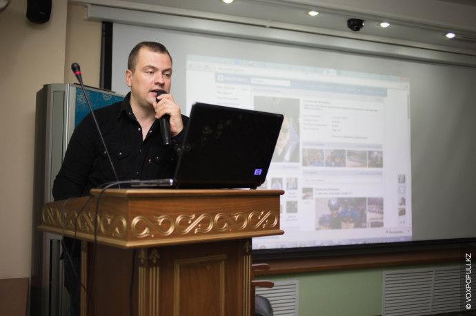 Ближе к вечеру к микрофону выходит Ростислав Инжаков, занимающийся продажей грузовиков и спецтехники, который по...