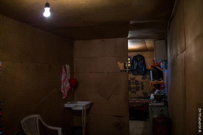Рушангуль ночует в этой маленькой комнатке:  – Сын, дочка и мама живут вместе, а я здесь,...