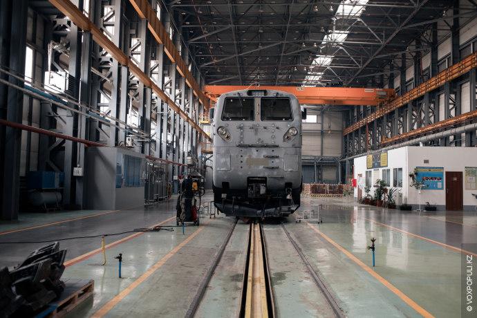 Речь идет о локомотивах серии Evolution. Вы, наверное, привыкли их видеть раскрашенными, но на заводе...