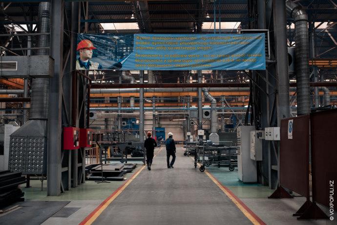 Этот завод работает круглосуточно, 7 дней в неделю. Здесь около 1000 сотрудников работают посменно. На...
