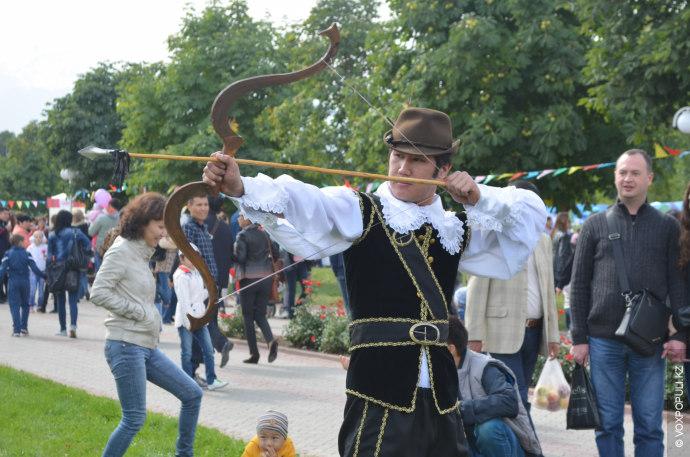 Тематику яблочного праздника поддержали и костюмированные сценки. Каждый мог почувствовать себя героем легенды о Вильгельме...