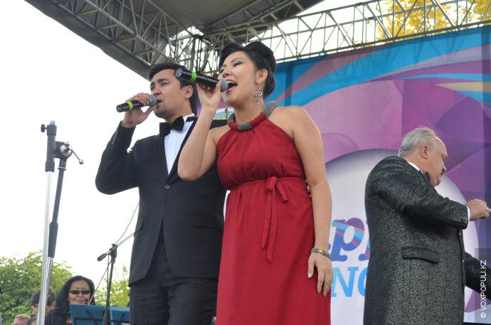 Более взыскательная публика предпочла проходивший неподалеку концерт оперных вокалистов и симфонического оркестра города Алматы. Практически...