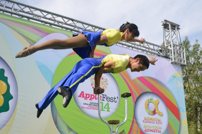 На спортивной сцене проходили выступления акробатов, приковавшие внимание части зрителей.