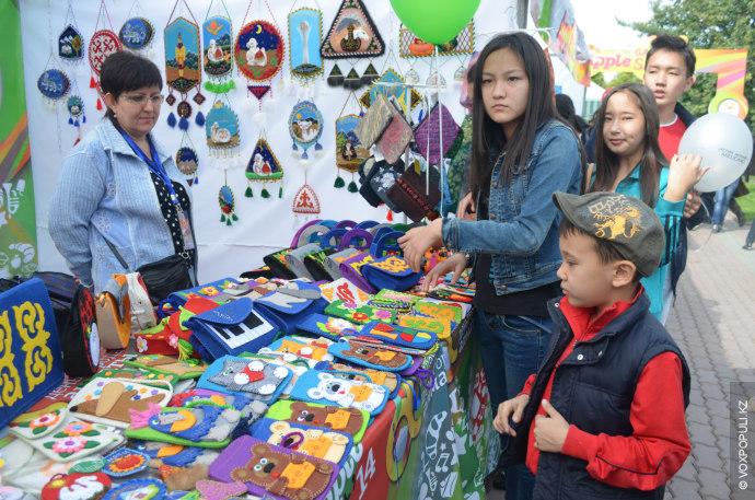 Большое внимание у прохожих вызвала распродажа продукции hand-made.