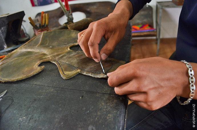 После того как торсык будет сшит и на его поверхность нанесут орнамент, кожу смачивают и...
