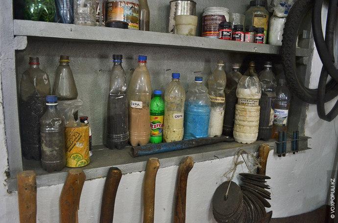 В отдельном углу мастерской стоят химикаты – сера, аммоний, фотофиксаж, различные щелочи и кислоты, необходимые...