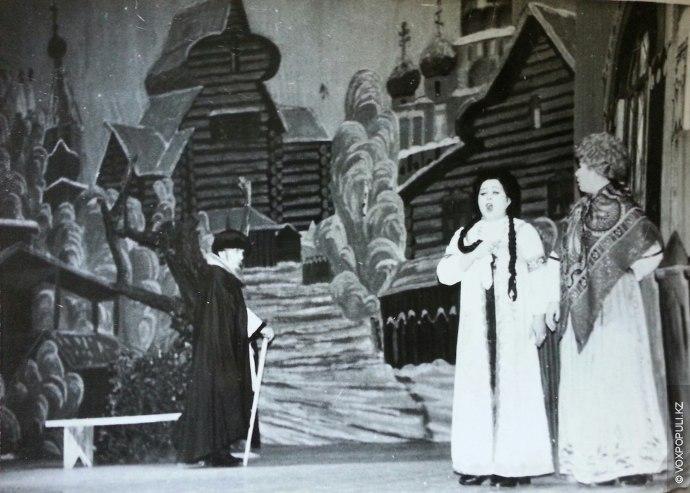 Оперная студия была полноценным театром  с солистами, статистами, хором, оркестром, гримерами, костюмерами, реквизиторами и...