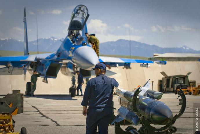 """На первом плане - ракета Х-31П класса """"воздух-земля"""", предназначенная для поражения активных радиолокационных средств ПВО..."""