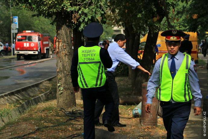 Район пожара был полностью перекрыт. Сотрудники полиции пояснили, что ограждения выставлены чтобы защитить гражданских от...