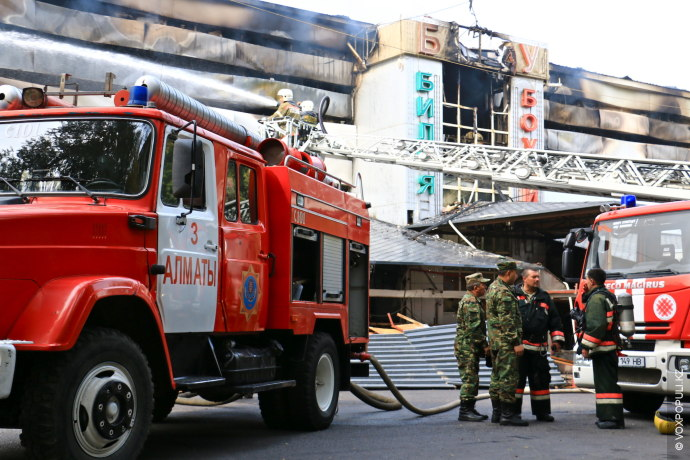 Пожар произошел на пересечении улиц Карасай батыра и Шагабутдинова, загорелось трехэтажное здание бильярдного клуба