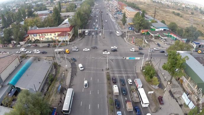 Создающиеся пробки на этом пересечении улиц обусловлены большим потоком транспорта. С запада на восток и...