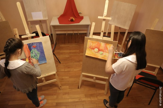 Казахская девушка должна уметь рисовать. По задумке, школа - это место где девочки могут помечтать...