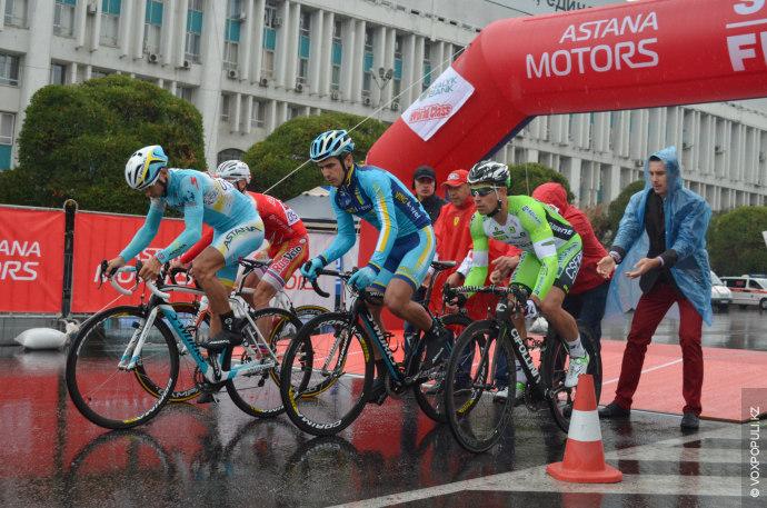 На старте участников гонки, буквально выталкивая вперед  отправляли тренеры и представители их команд.