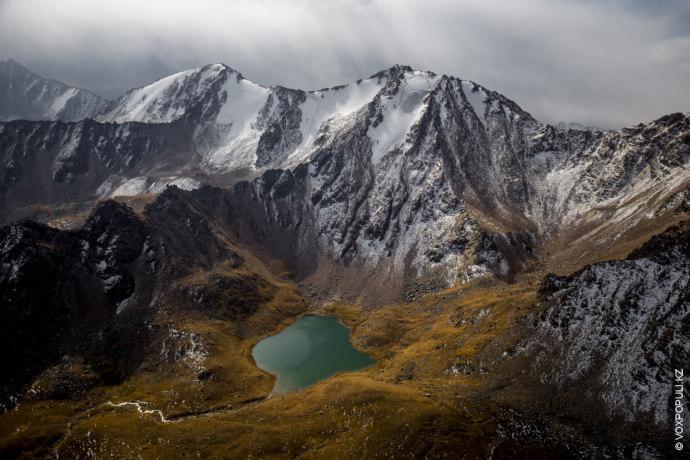 Тучи нависли над озером Жасылколь. В горах идет мелкий снежок.