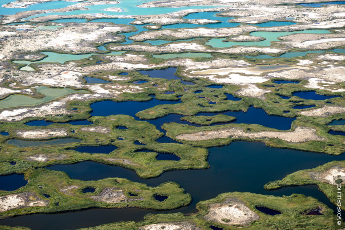 Как известно, уникальность озера в том, что оно разделено узким проливом на две части, с...