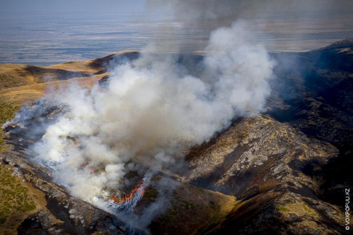 Это горный пожар в районе Сарканда 30 человек не могли потушить больше недели.