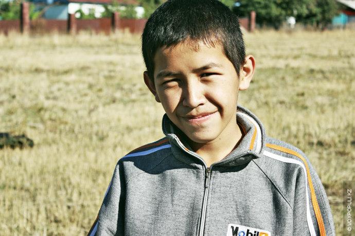 Со следующим героем репортажа знакомство произошло в поселке Есик Алматинской области. Этого мальчика зовут Айдос....