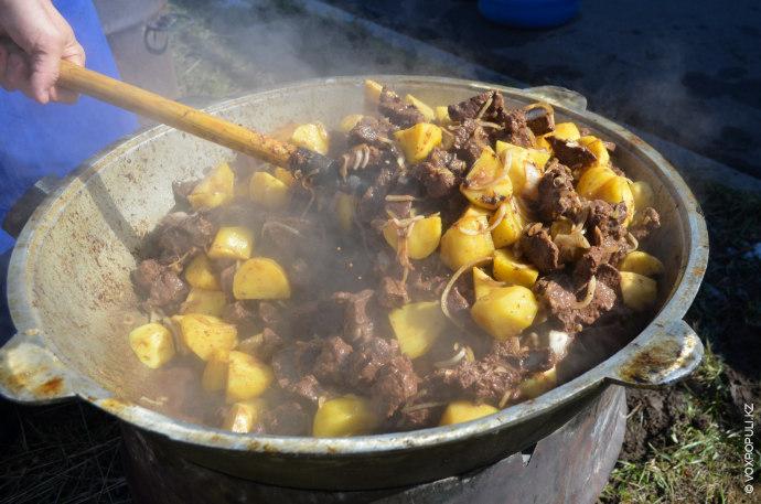 Рестораны казахской кухни удивляли посетителей куырдаком из мяса марала, по вкусу похожим на охотничье жаркое...