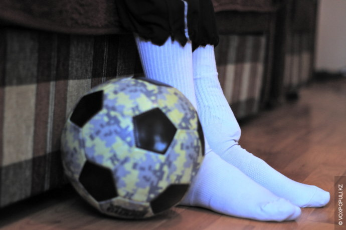 Как и всякий мальчишка, он любил погонять мяч во дворе и мечтал стать профессиональным футболистом,...