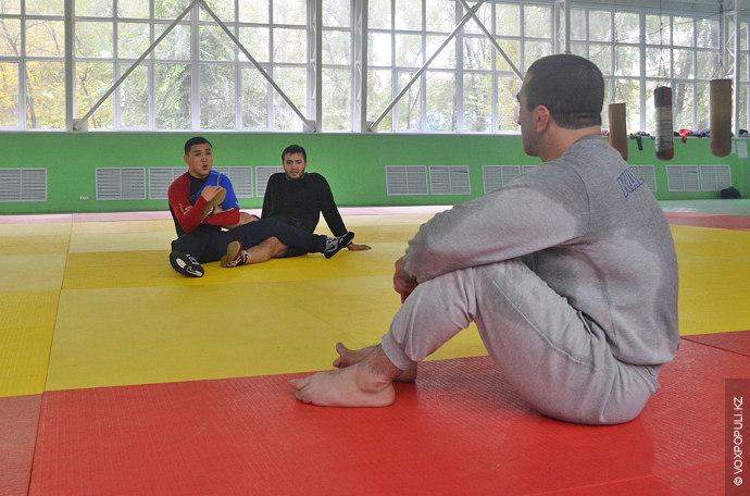 Перед тренировкой одноклубники чаще всего обсуждают увиденные по телевизору бои, анализируют тактику мировых чемпионов и...