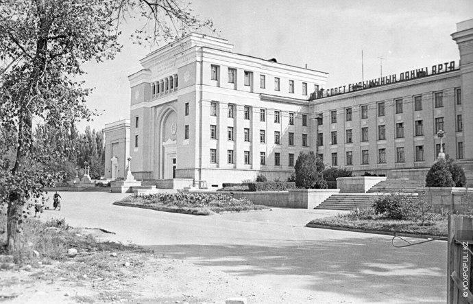 Академия наук Казахской ССР была построена в 1946 году. Снимок сделан позднее – 28 августа...