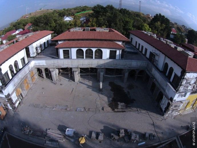 За забором на пр. Аль-Фараби идет строительство торговой улицы в итальянском стиле Villa Boutiques&Restaraunts. Ожидается,...