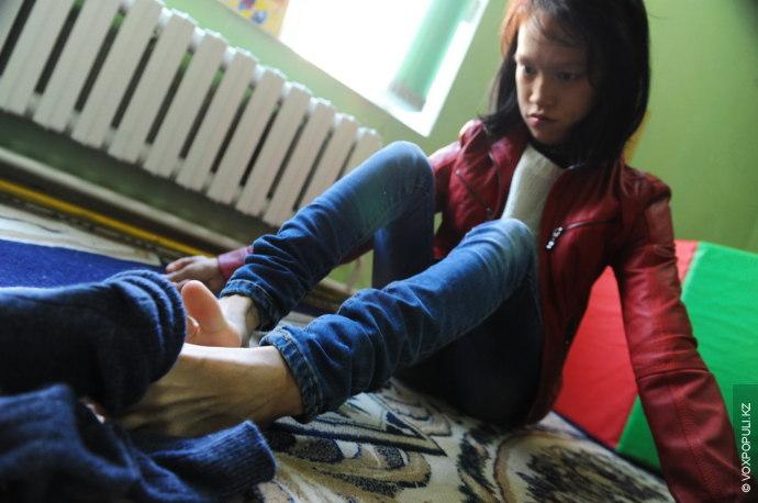 До десяти лет Динара пролежала в кровати, так как не могла сидеть и правильно использовать...