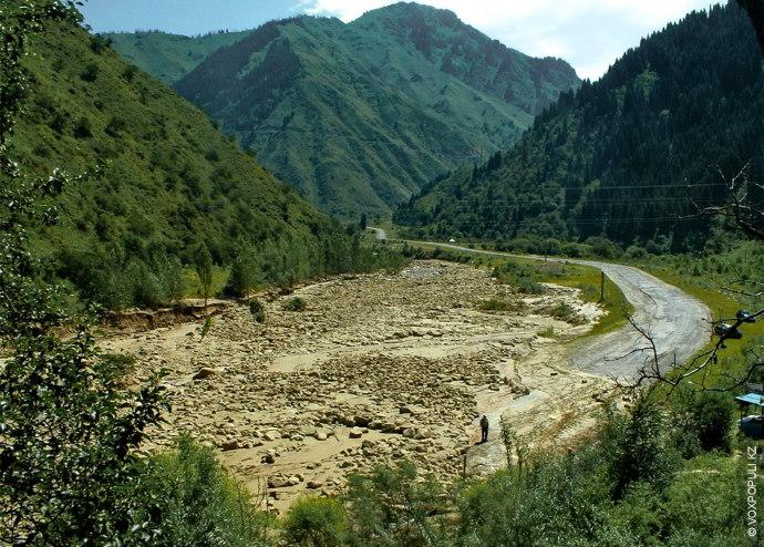 Дно долины Большой Алматинки от противоселевой плотины до ГЭС-2 застроено многочисленными кафе, ресторанами и гостиницами....