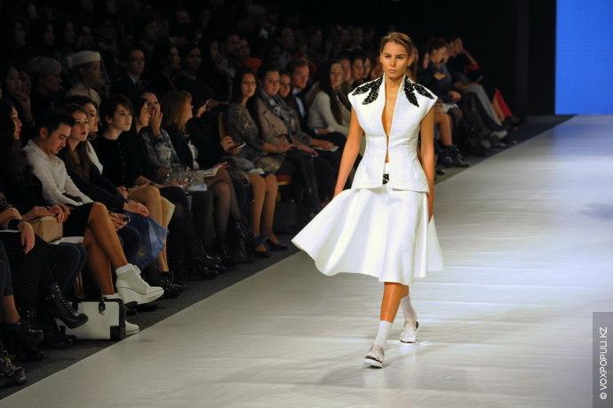 Айдана Кожагельдина: Здесь прослеживаются воздушные женские мотивы. Эти наряды подойдут для особых торжественных мероприятий, в...