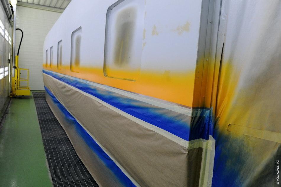 Изначально корпус нового вагона приходит на завод с готовым слоем покрасочной поверхности. Эту поверхность специалисты...