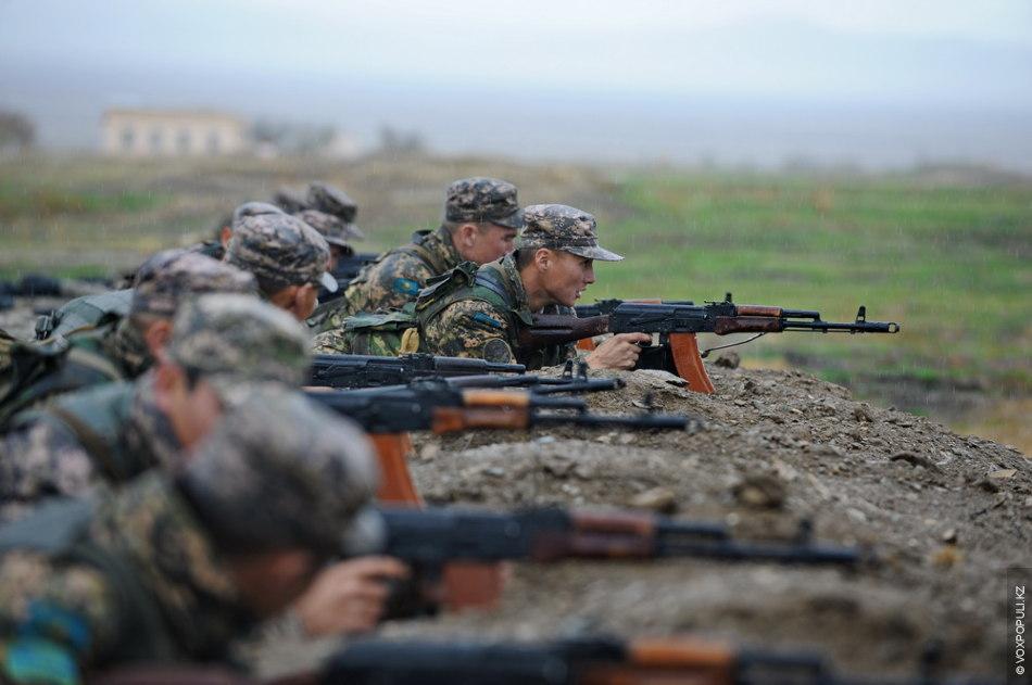 В течение дня артиллеристы демонстрировали навыки стрельбы из АК-74