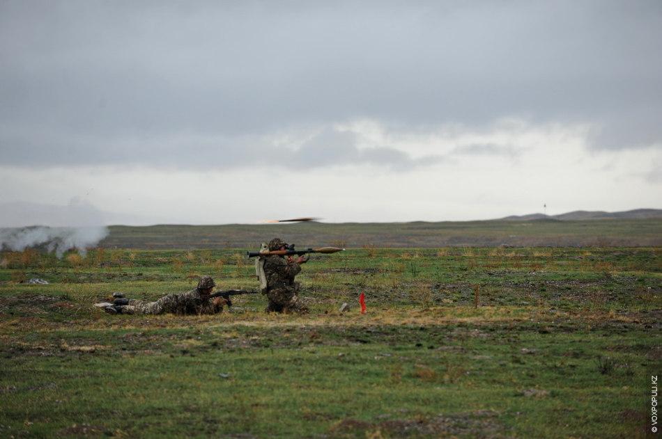 Воины Сухопутных войск показали свои способности в стрельбе из всех видов штатного вооружения, как, например...