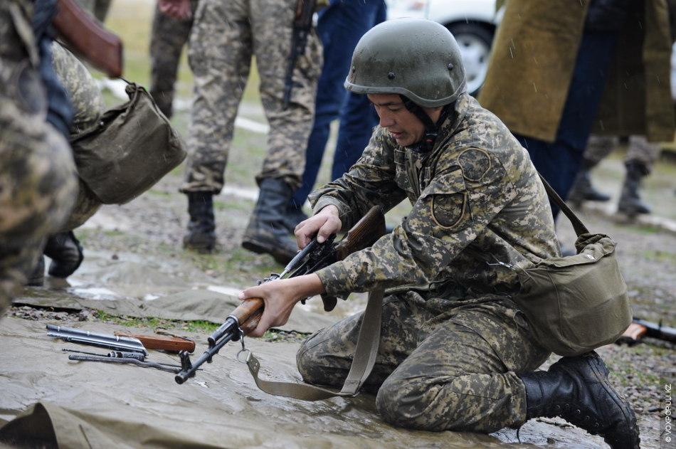 Стрелки демонстрировали свои навыки в оперативной сборке оружия. В реальном месте боевых действий счет идет...