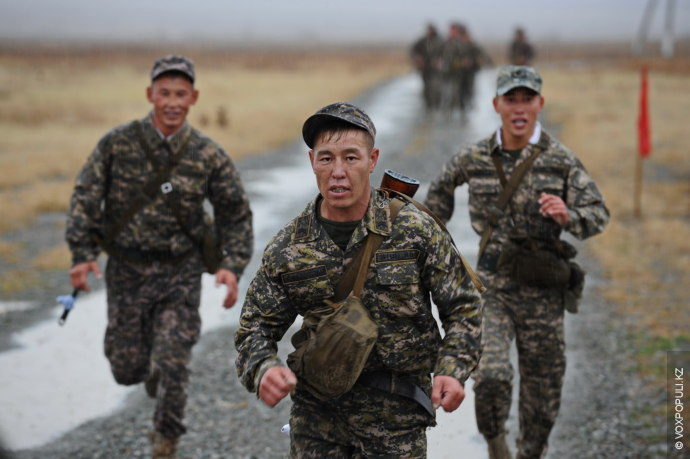 Марш-бросок на 5 км по пересеченной местности. Перед воинами Сухопутных войск поставлена задача совершить марш-бросок...