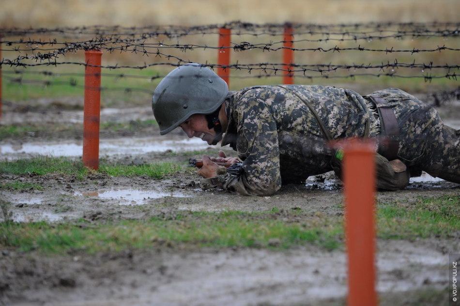 После силовых упражнений воины Сухопутных войск совершили марш-бросок на 5 километров с оружием и в...