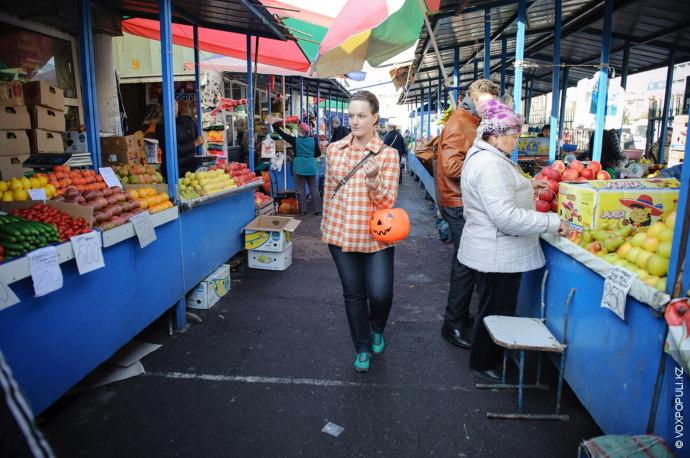 Среди огромного количества бахчевых, Сара выглядела знатоком: четко зная, какой должна быть идеальная хэллоуинская тыква,...