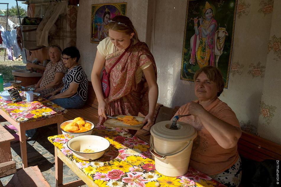 В теплое время года члены общины едят на свежем воздухе – в прасадной. Прасад означает...