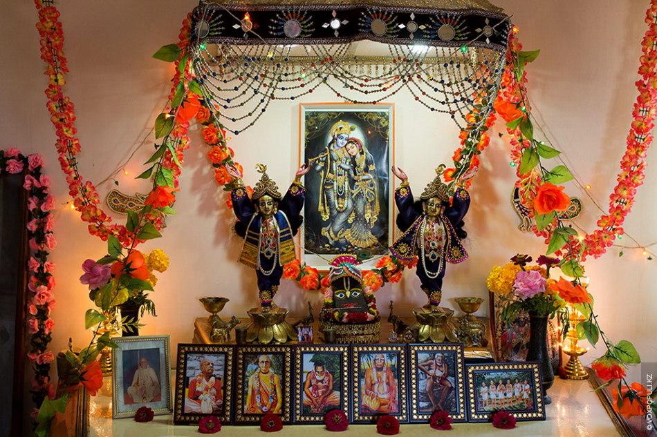 Всюду на стенах картины с изображениями Кришны. Портреты основателей движения занимают в храме центральные места...