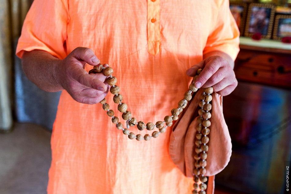 Гопичандра рассказывает о технике перебирания четок. Четки перебирают в специальном мешочке гомукха (в переводе «коровий...