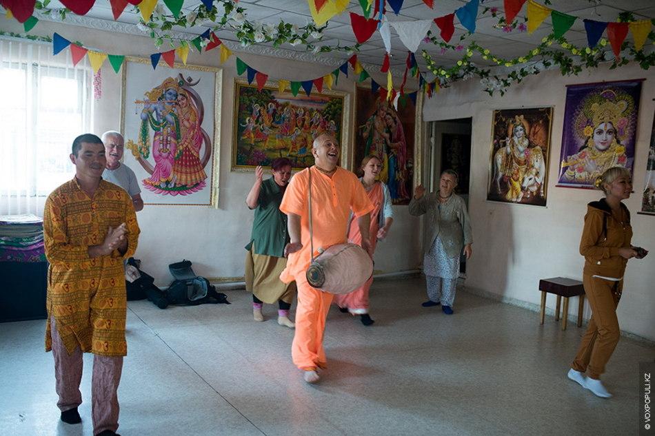 Когда в храме собираются все преданные, Гопичандра открывает алтарь и начинает службу. Гопичандра берет индийский...