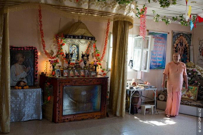 Мы заходим большую пристройку к дому – это храм, где проходят службы.