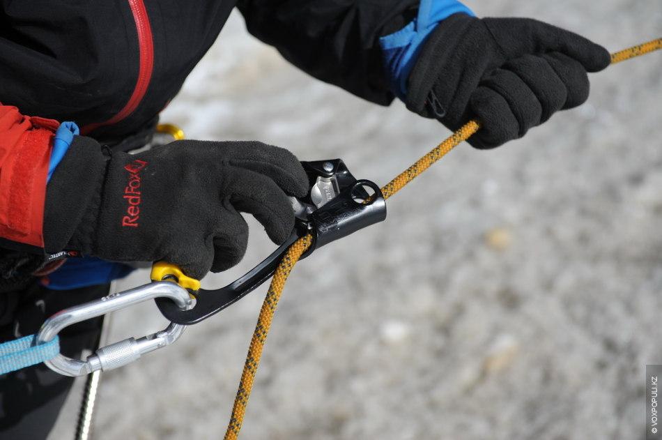 Жумар позволяет альпинисту двигаться вдоль веревочных перил
