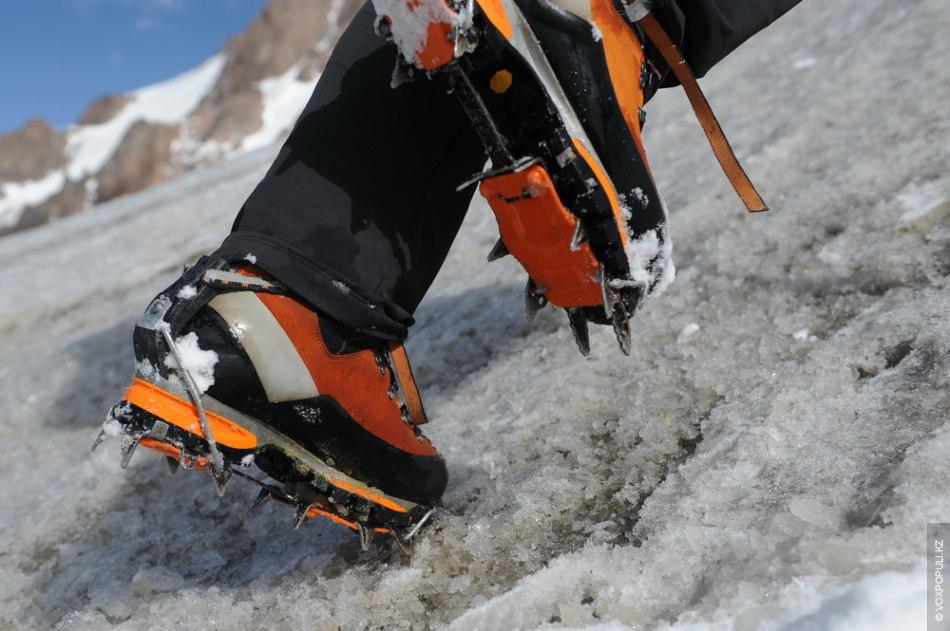 На крутых склонах нужно буквально вбивать передние зубцы в лед