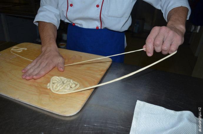 Самая ответственная часть приготовления лагмана - растягивание лапши до нужной толщины.