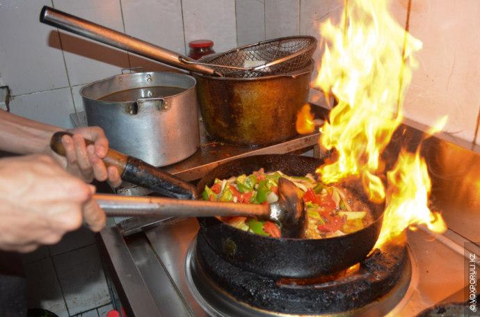 Мясо для любого лагмана можно использовать разное, по вкусу. Для гуйру мясо предварительно маринуют в...