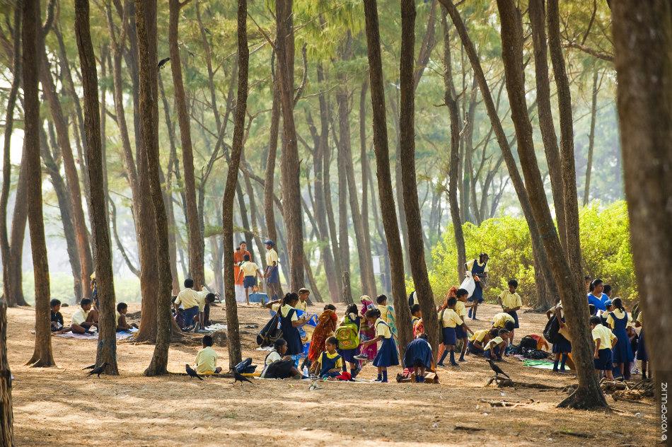 Школьники Гоа отдыхают на берегу моря