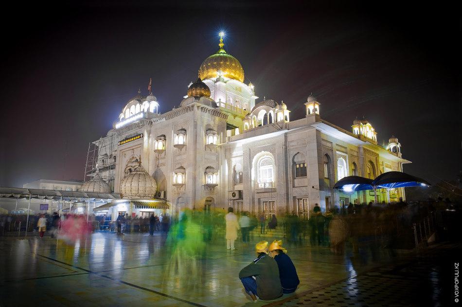 Гурутвара Бангла Сахиб – один из самых больших сикхских храмов в стране