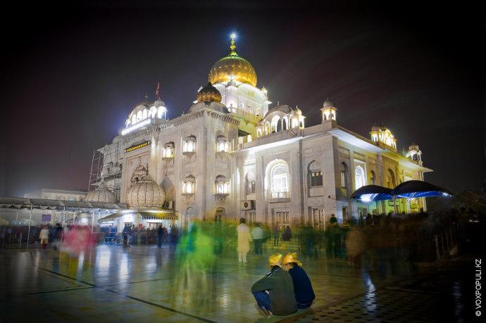 Гурутвара Бангла Сахиб – один из самых больших сикхских храмов в стране.