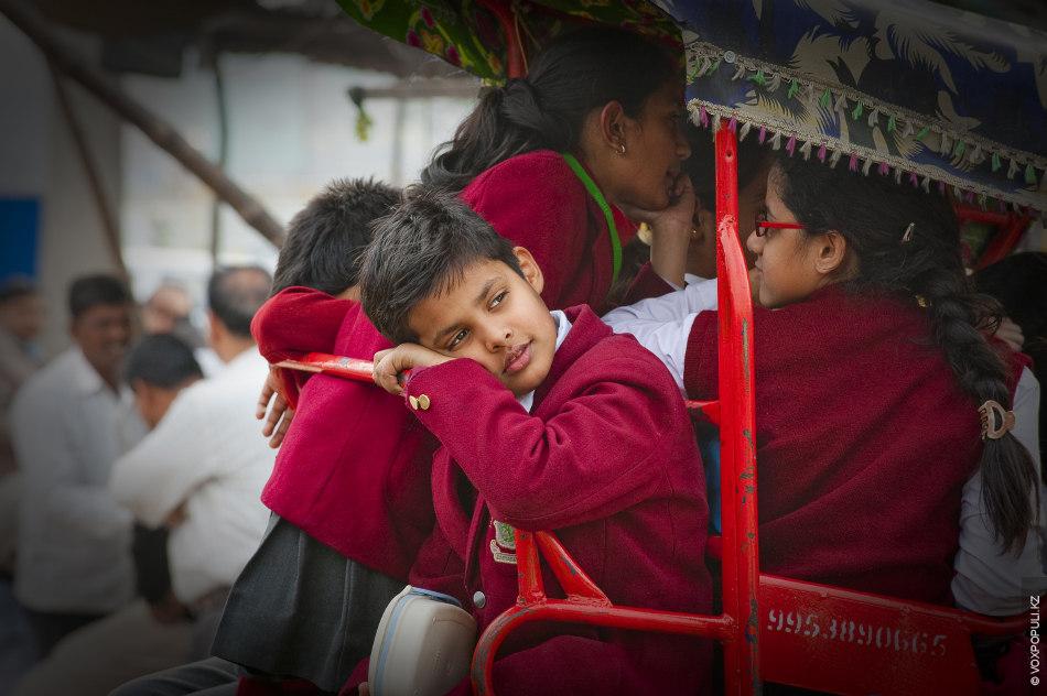 Школьники на велорикше