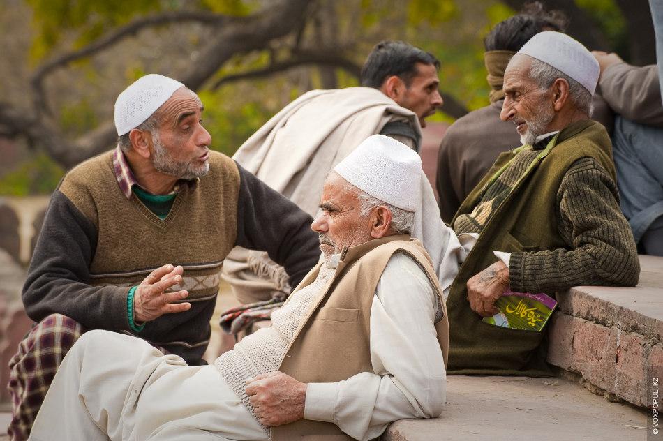 Индийские мусульмане. Ну, здесь прямая ассоциация с пикейными жилетами Ильфа и Петрова: «Ганди прибыл в...